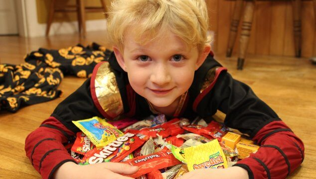 Trick or treating with food allergies can be scary, but it can also be safe. Take precautions to keep your food allergy kid safe this Halloween. www.coffeeandcarpool.com