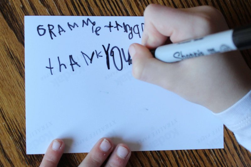 Teach kids how to write thoughtful thank you notes with this free printable to guide them. www.coffeeandcarpool.com #thankyounotes #gratitude #freeprintable