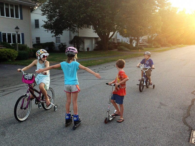 Planning a big move with your kids? Give them time to meet their neighbors on their new street. #movingwithkids #moving #movewithkids