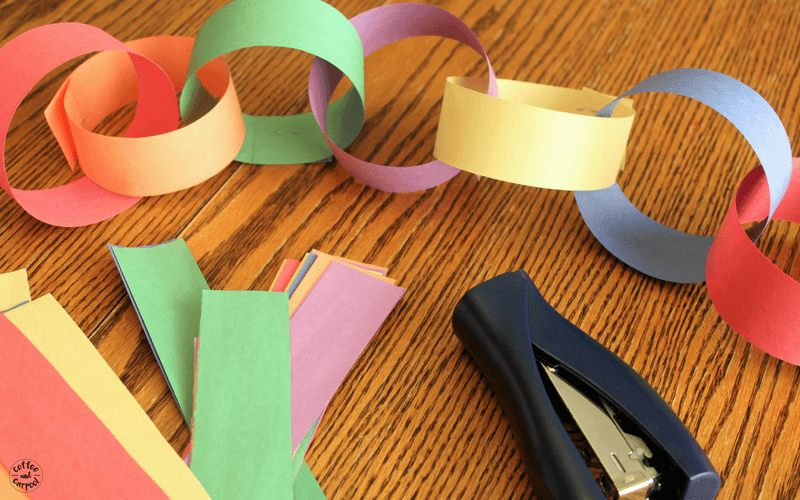 Planning a big move with kids? Help them build a countdown calendar chain so they can visualize how many days are left until you move #movingwithkids #movewithkids #moving
