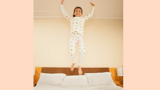 14 ways to entertain kids in a hotel room or motel room on a family vacation or family trip #familyvacation #familytrip