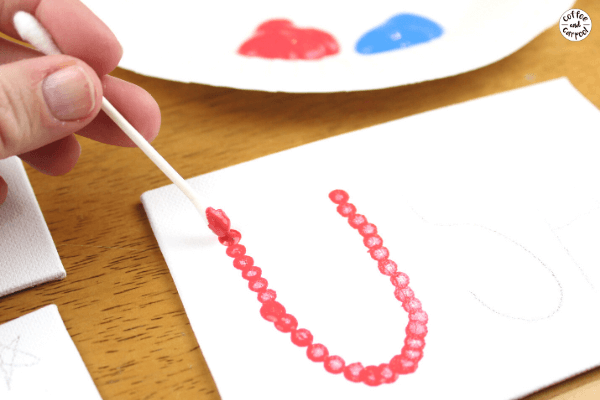 This patriotic art project for kids is a great way to celebrate the 4th of July. The fireworks 4th of July craft projects for kids to make and the USA Patriotric craft for kids to make is a fun summer craft project #summercraft #patriotriccraft #patrioticart #4thofJulycraft #4thofJulyartproject